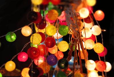 Met deze bolletjes lampjes versier jij je tuin